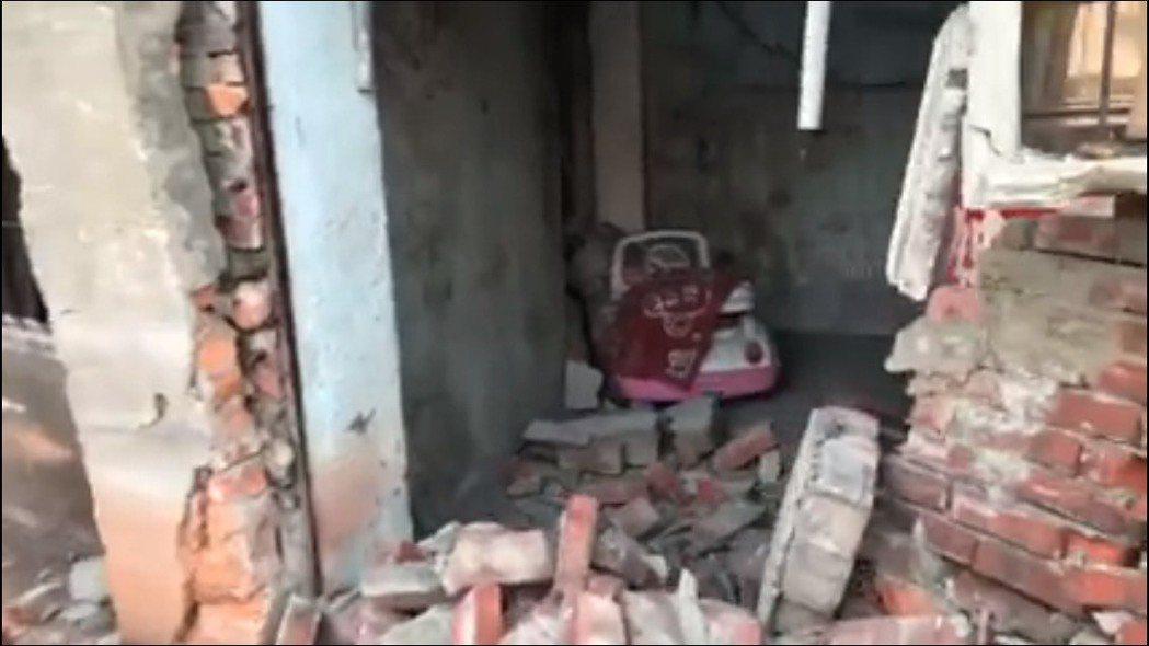少年駕駛車輛擦撞民宅,撞出一個大洞。記者林敬家/翻攝