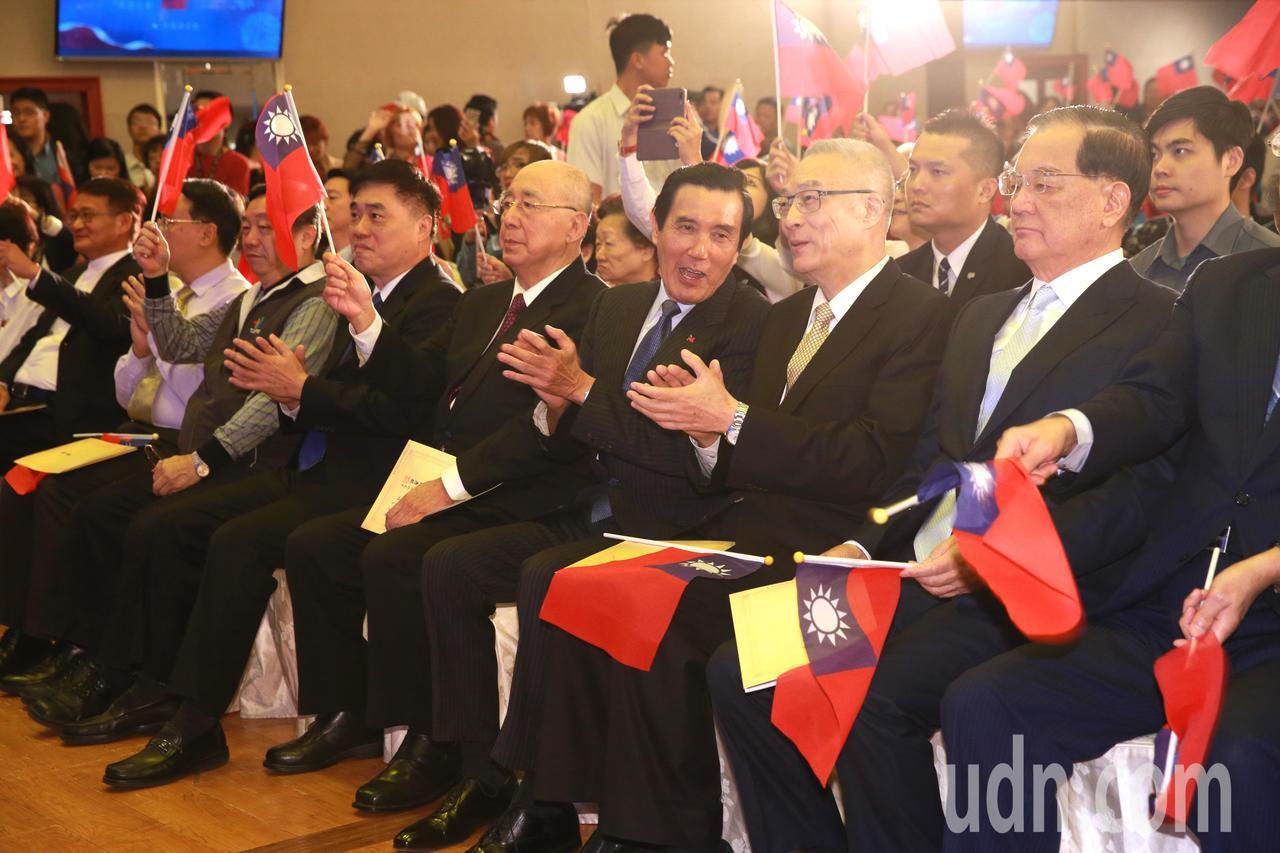 歷任黨主席連戰(右一)、吳伯雄(右四)及馬英九(右三),和現任黨主席吳敦義(右二...