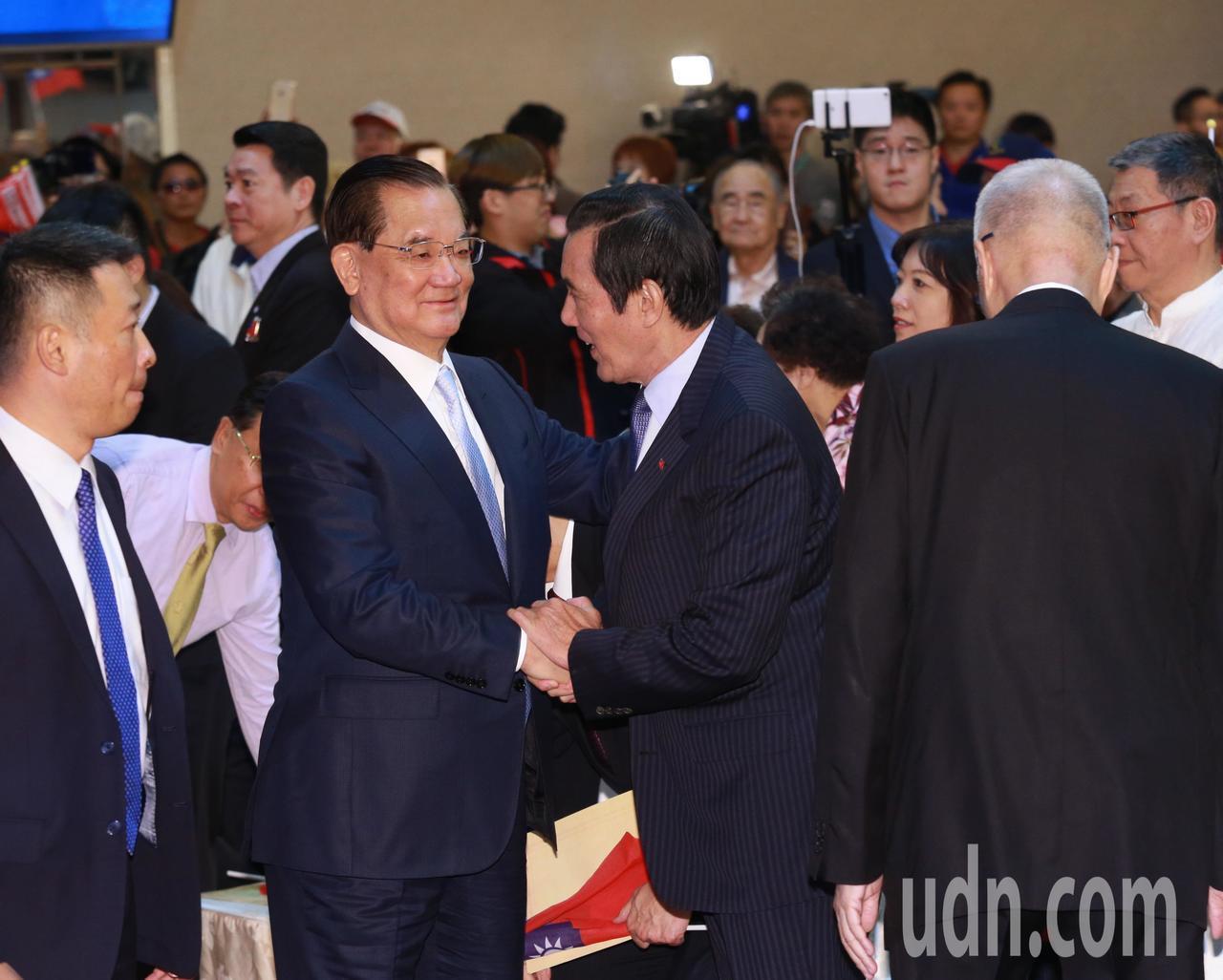 歷任黨主席連戰(左二)、馬英九(中),和現任黨主席吳敦義(右)一同參與慶祝活動。...
