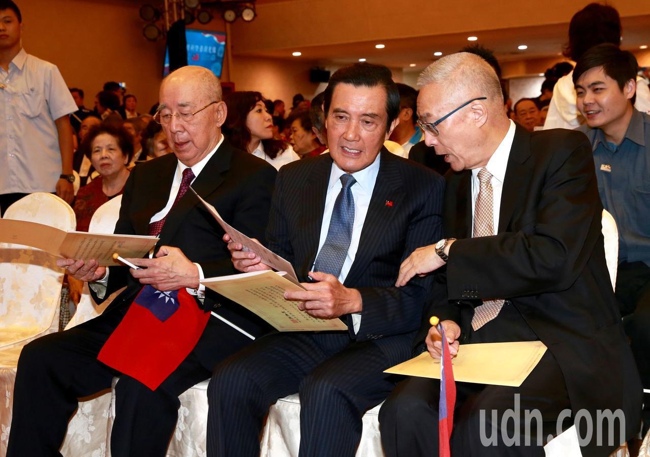 歷任黨主席吳伯雄(左起)及馬英九,和現任黨主席吳敦義一同參與慶祝活動。記者黃義書...