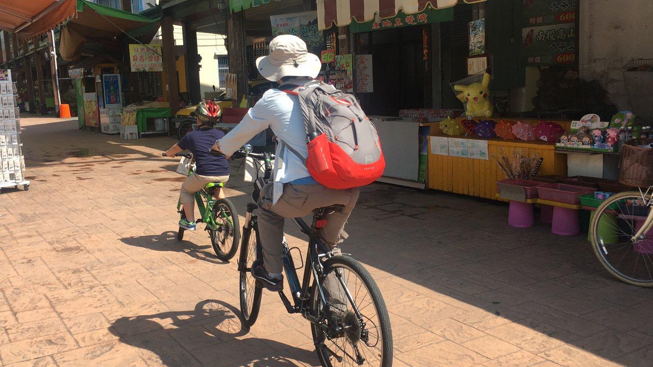 石岡旅遊行程合親子騎單車逛大小巷。記者陳秋雲/攝影