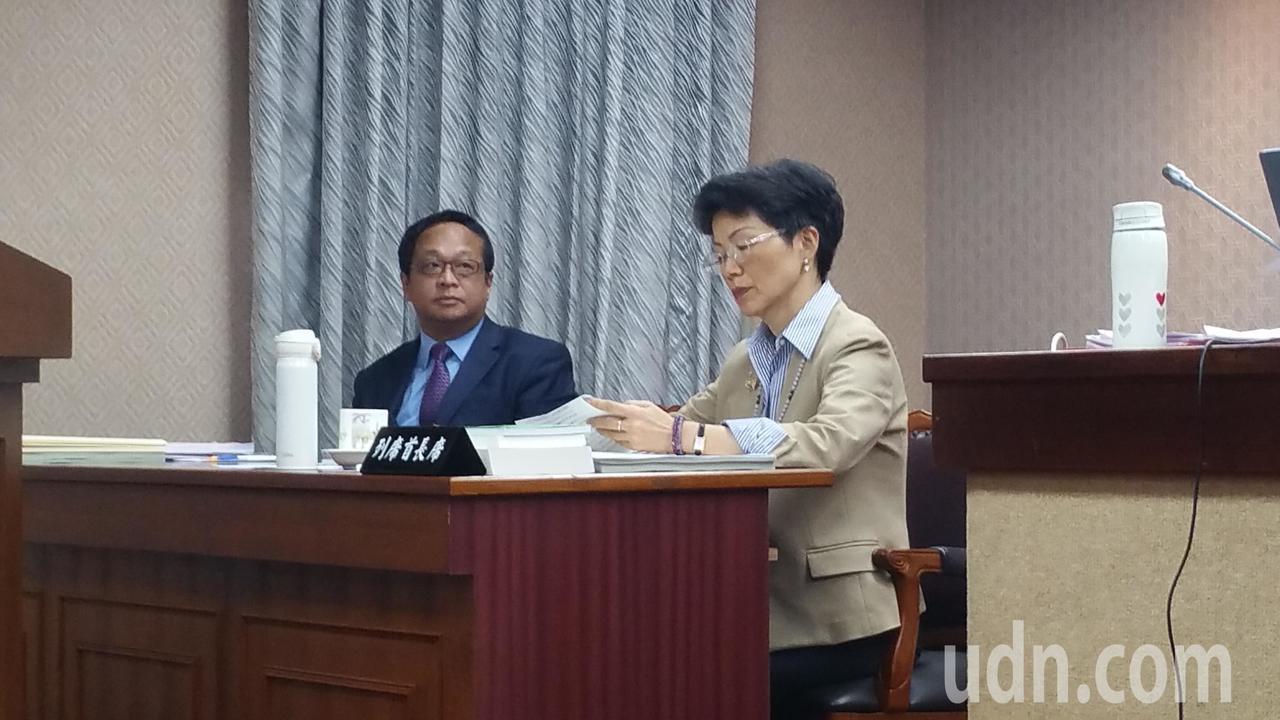 陸委會主委張小月(右)今天赴立法院進行業務報告,張小月指出,今年1月至10 月,...
