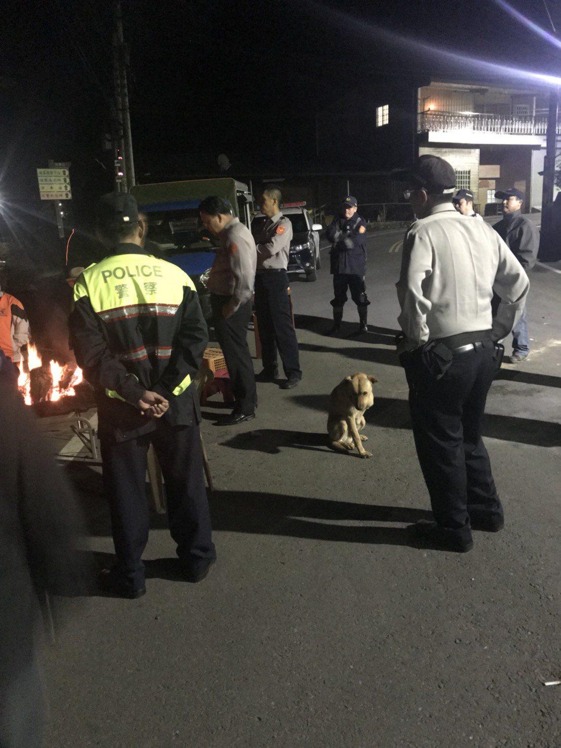 苗栗縣警局頭份警察分局員警漏夜到鹿場部落處理,居民及菜農進一步協調。圖/讀者提供