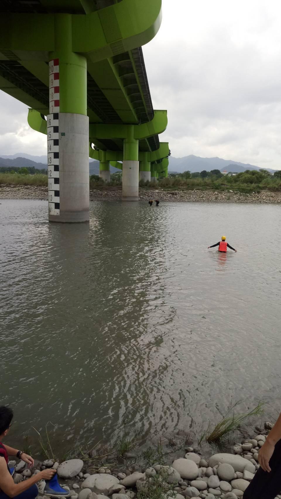 新北市樹林柑園二橋今天清晨發現男子墜河,已無生命跡象。 記者林昭彰/翻攝
