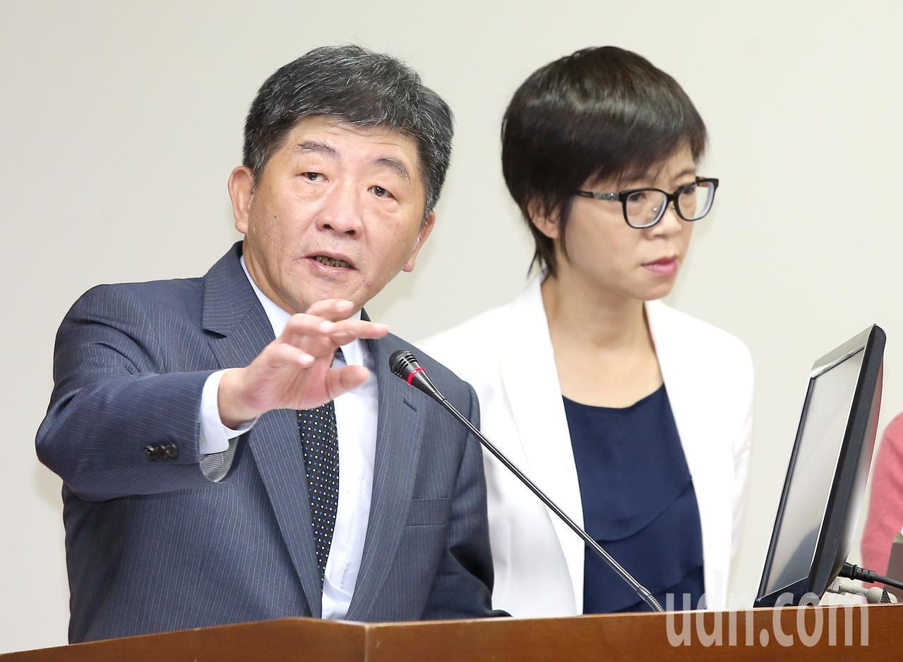 衛福部長陳時中(左)今天上午列席立法院衛環委員會。記者高彬原/攝影