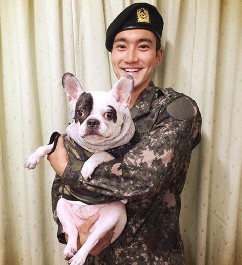 韓團 Super Junior 成員始源的愛犬咬傷53歲鄰居,對方6天後死於敗血症,如今死者血液報告出爐,顯示敗血症是因綠膿桿菌引起,有報導指出過去被狗口腔內的綠膿桿菌感染的病例,全世界只有6起,因...