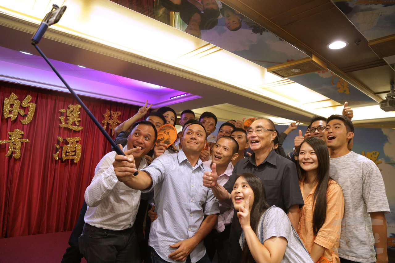 馮世寬8月2日出席「最好的選擇」殺青宴,與工作人員自拍合影。圖/軍聞社提供