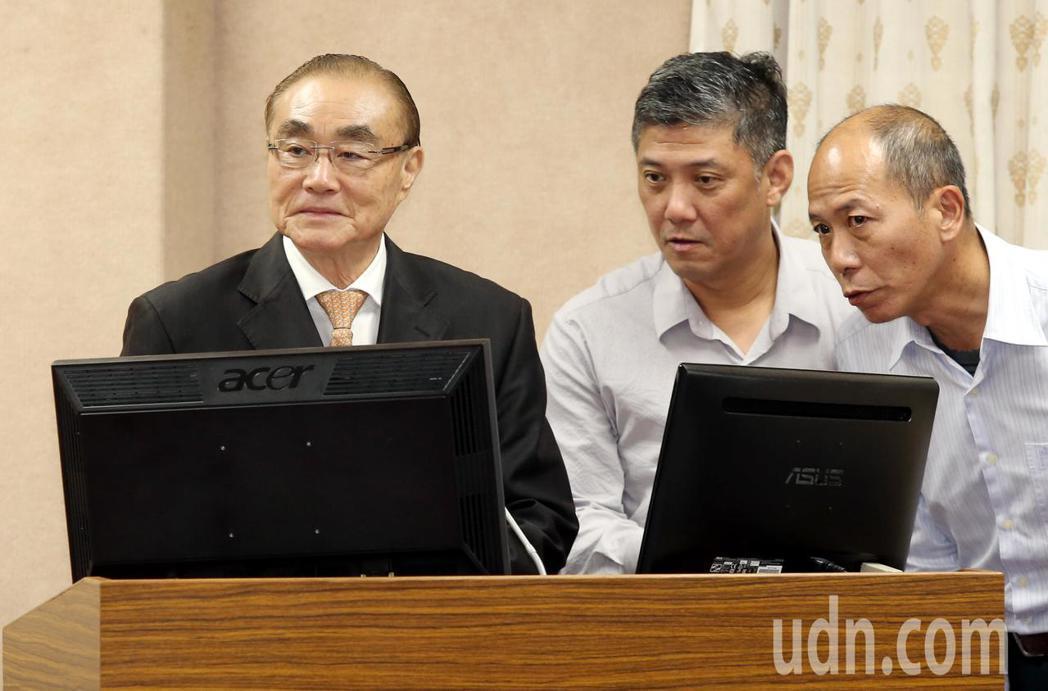 國防部長馮世寬(左)在一旁幕僚立即提示,他才改口說不是行憲紀念日。記者林俊良/攝...