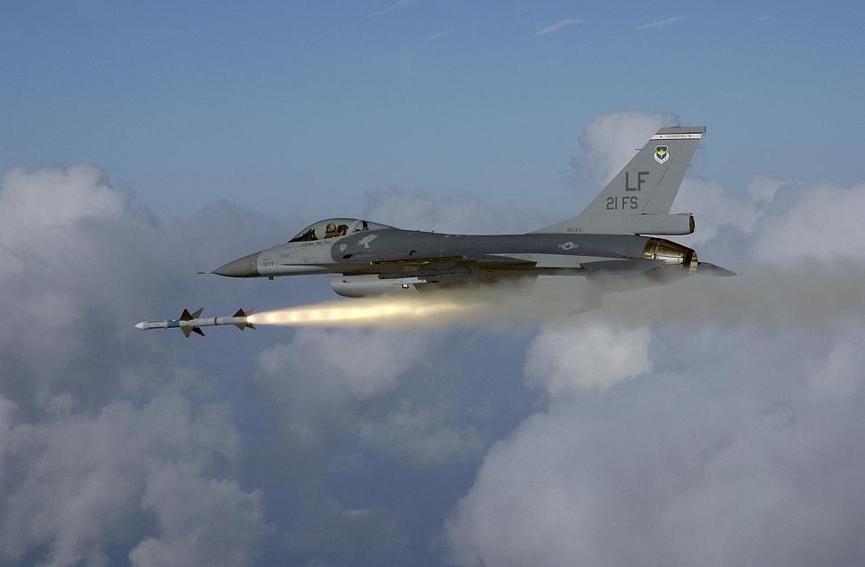 國軍駐美的F-16戰機,試射麻雀空對空飛彈。圖/美國空軍資料照