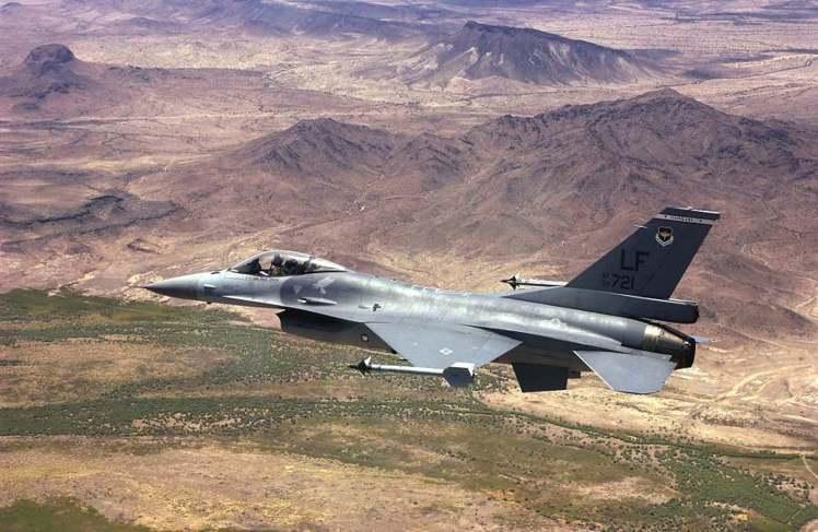 我空軍21中隊的F-16戰機飛行在亞利桑納沙漠上空,外觀與一般美軍F-16無異。...