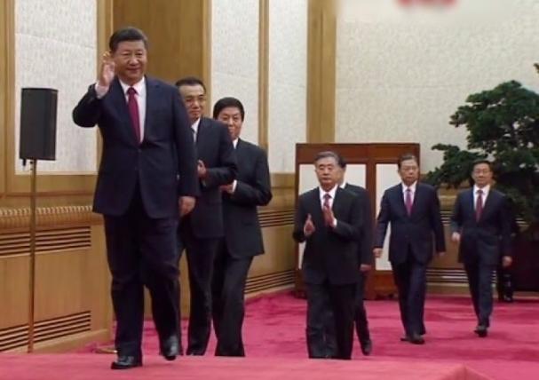 中共新一屆的常委今亮相,走在前頭的為總書記習近平。(央視)