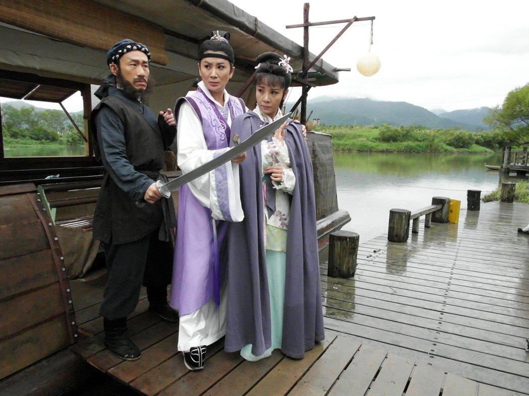 郭子乾(左起)、陳亞蘭、林佩儀演出台視楊麗花歌仔「忠孝節義」之「路遙知馬力」單元