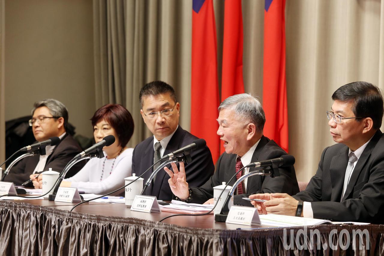 行政院上午舉辦第3次「加速投資台灣專案會議,會後內政部次長花敬群(左起)、國發會...