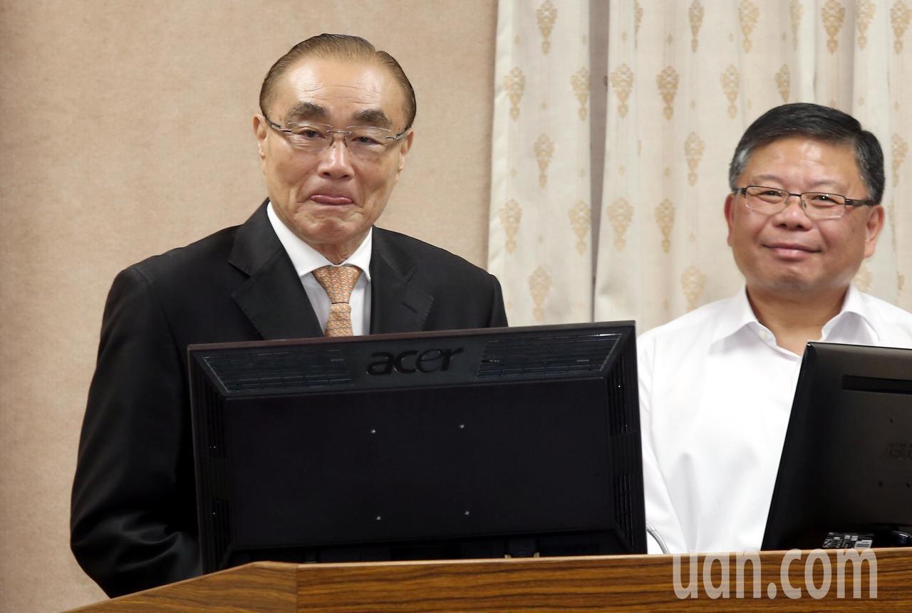 國防部長馮世寬(左)上午率官員列席立法院外交及國防委員會備詢,就「106年台美國...