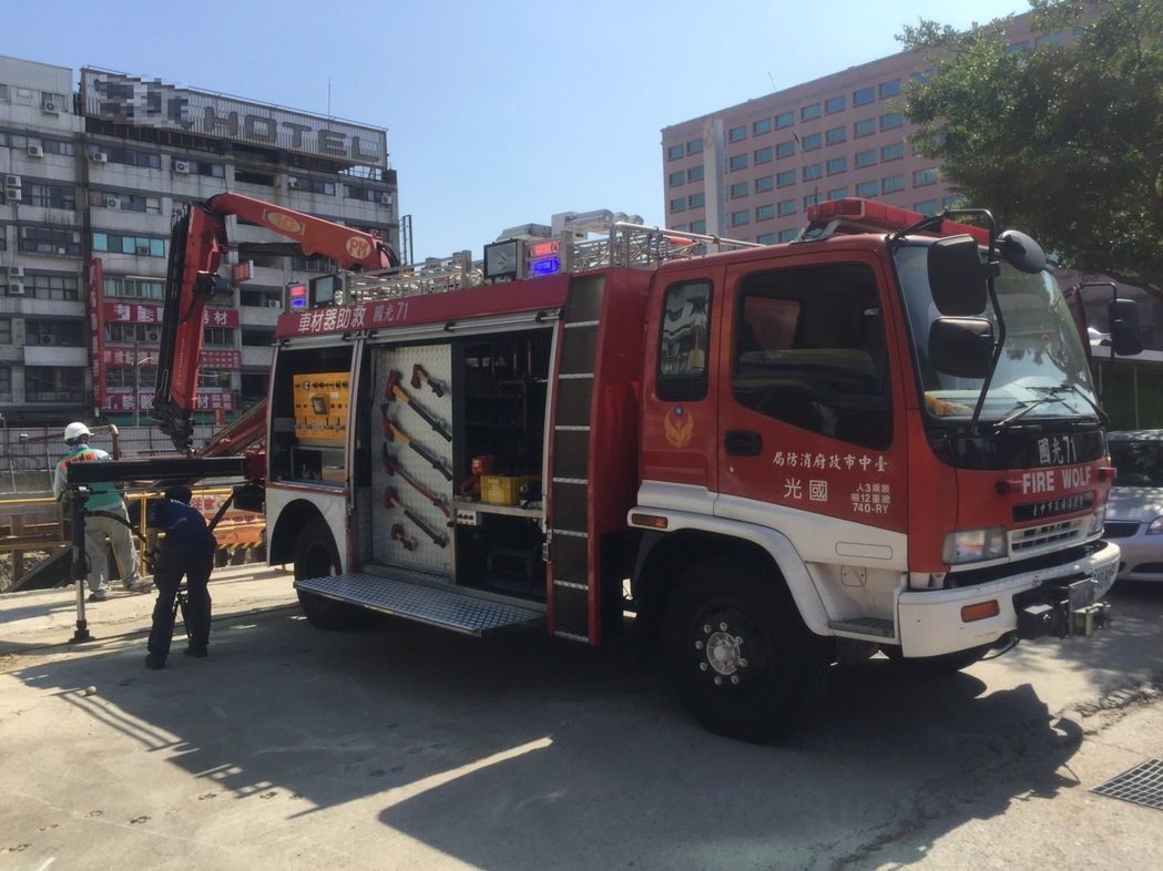 台中市消防局人員趕到後,搭梯下到地基裡搶救。照片/台中市消防局提供