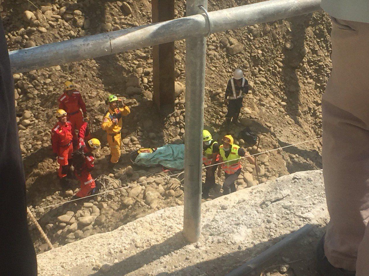 徐姓工人除了臉部撕裂傷,另頭部和胸部也受傷,所幸意識清楚。照片/台中市消防局提供