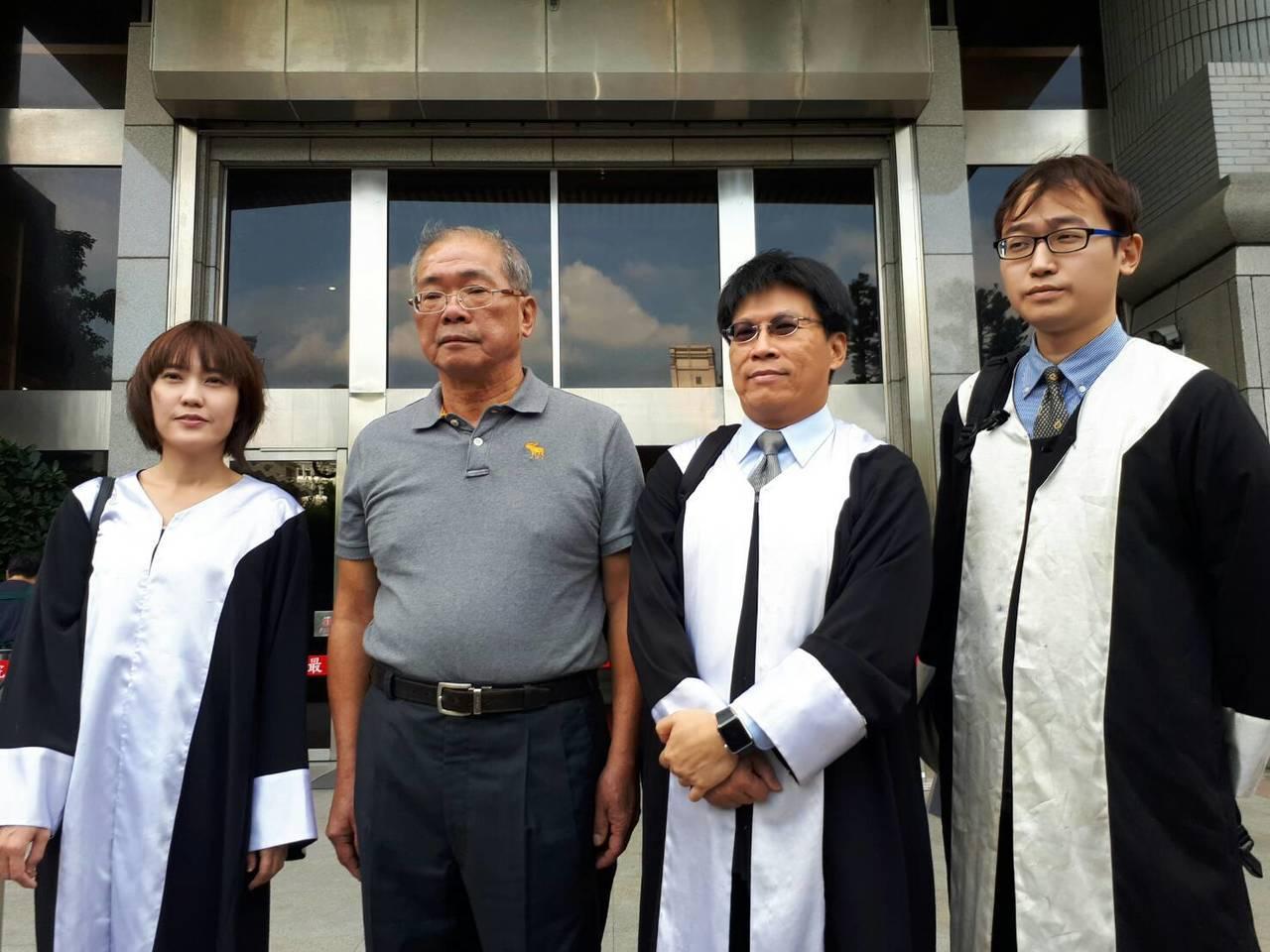 蘇炳坤(左二)聲請再審,檢方抗告,最高法院開庭,律師高涌誠(右二)強調,雖然總統...