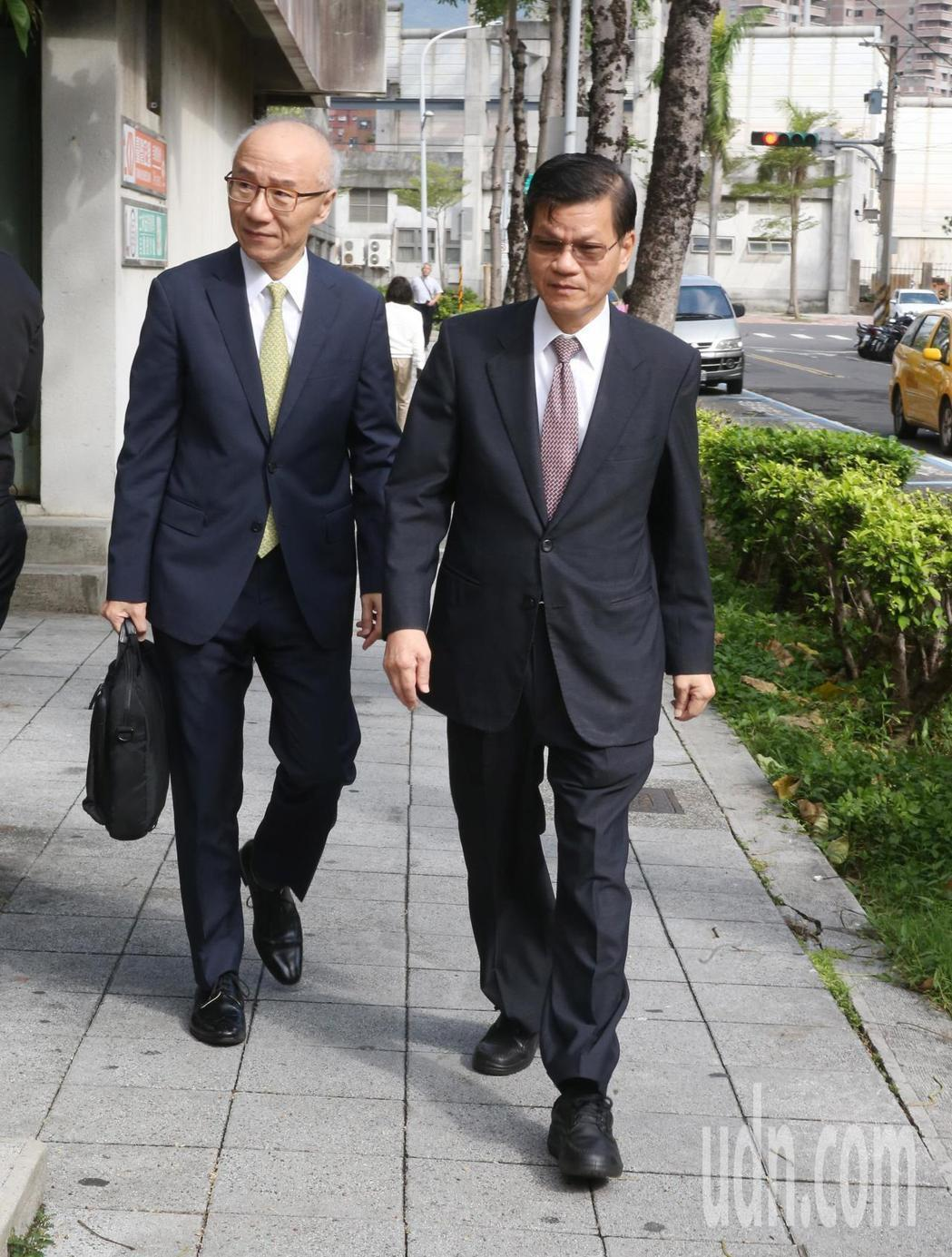 翁啟惠(右)今天為浩鼎案出庭。記者邱德祥/攝影