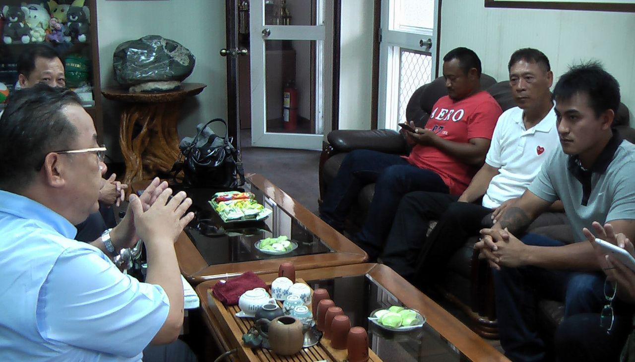 林子偉(右一)感謝高苑工商董事長余政憲(左一)等師長三年的照顧。記者徐如宜/攝影