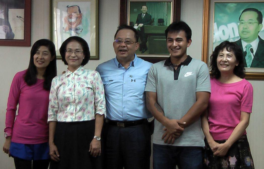 林子偉(右二)感謝高苑工商「三媽(三位導師)」的照顧。記者徐如宜/攝影