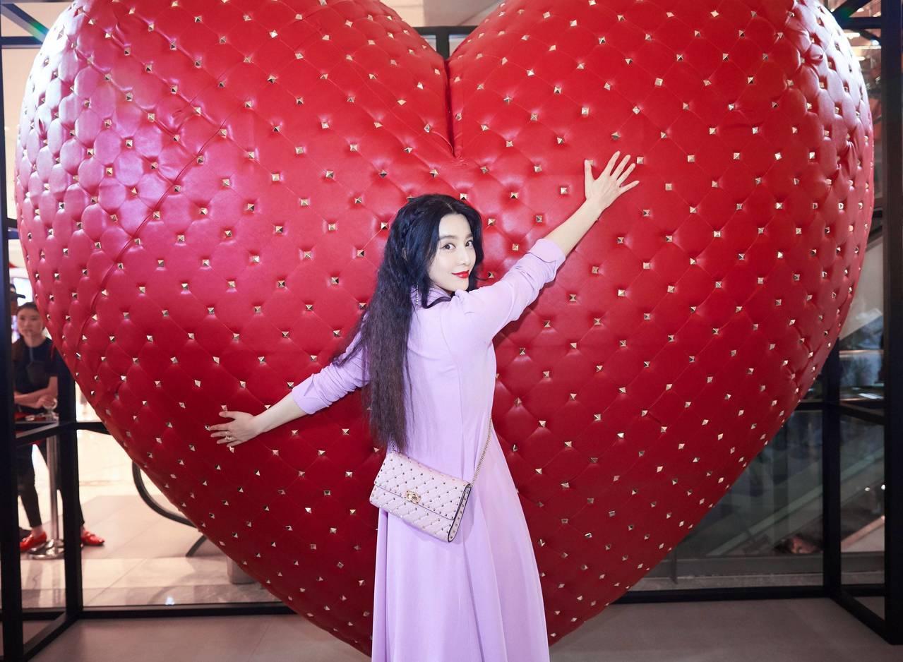 范冰冰參觀北京 I LOVE SPIKE限定展覽。圖/Valentino提供