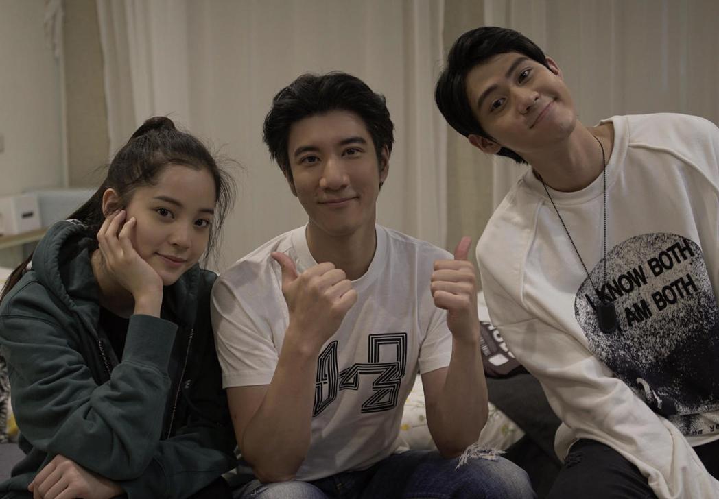 王力宏(中)MV找來李玉璽(右)和歐陽娜娜拍攝。圖/宏聲提供