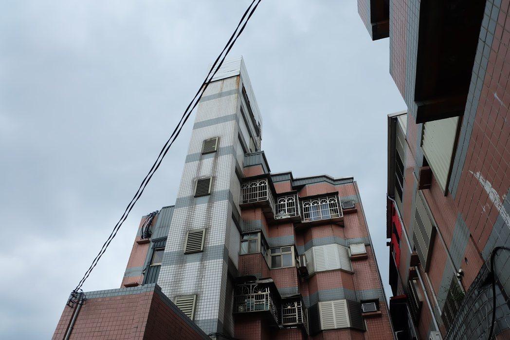 兩家電信業者多年前與宜蘭縣蘇澳鎮一屋主承租該棟5樓一戶和屋頂陽台,架高架設機房和...
