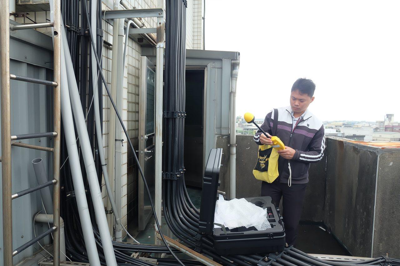 NCC北區監理處到場檢測頂樓的非游離性輻射功率密度每平方公分僅0.0012mW,...