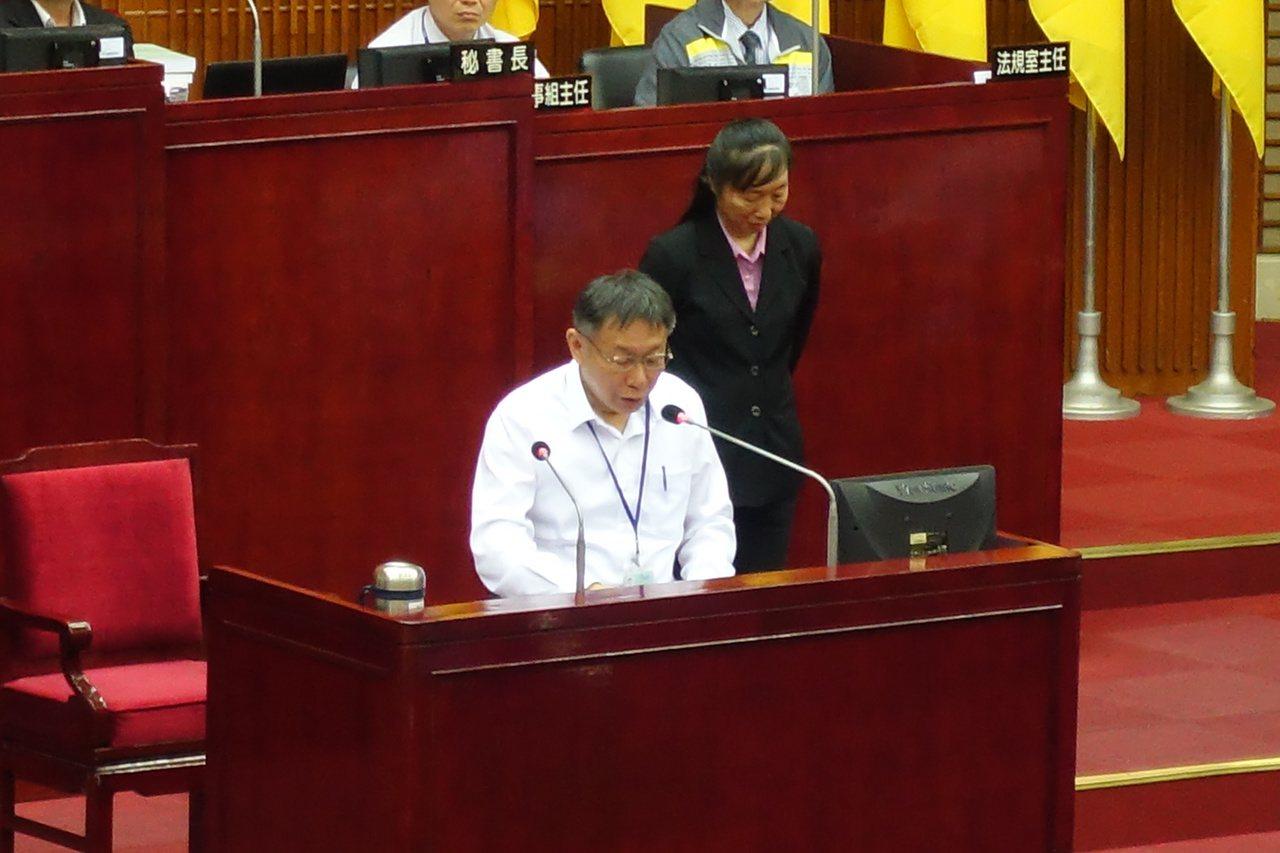 不滿日前在議場施政報告時,遭台北市長柯文哲嗆「這不是你的專業」,台北市議員郭昭巖...
