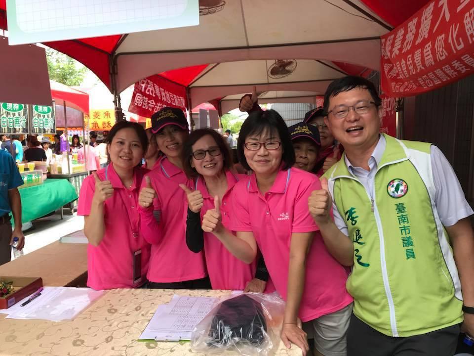 台南市議員李退之(右一)。圖/翻攝自李退之臉書