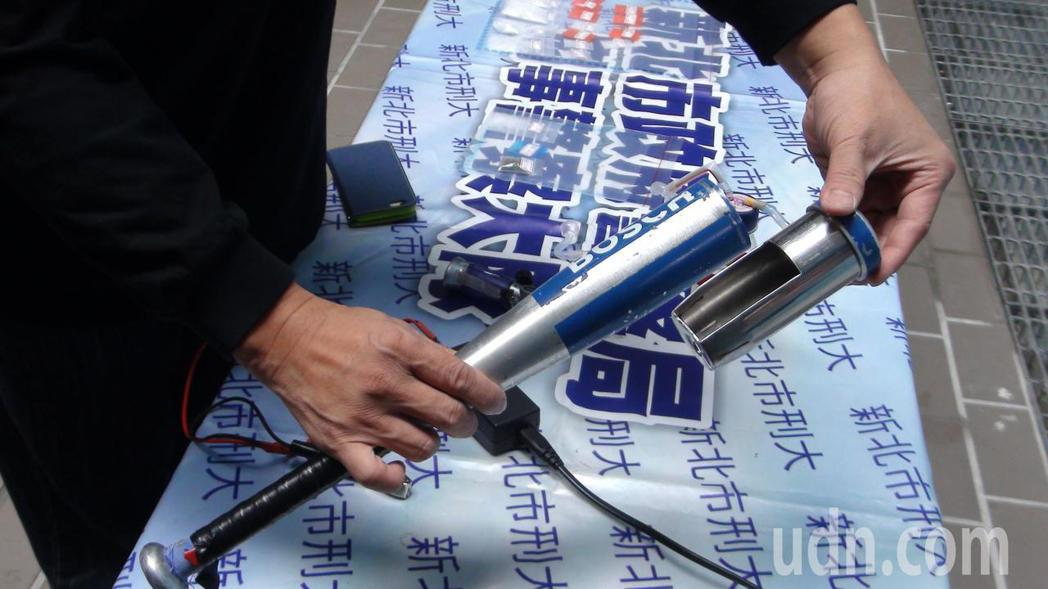 陳姓男子涉嫌將毒品藏放在自製且通電後又可自動伸縮的鋁棒內,還對外放話,「這招保證...
