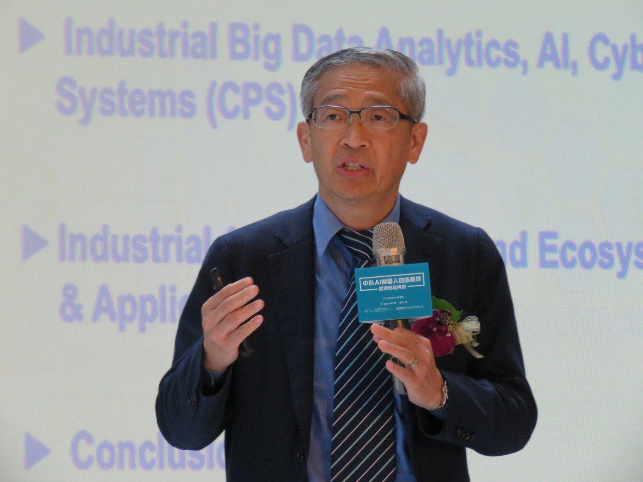美國辛辛那提大學教授李傑在會中講述AI(人工智慧)的運用。記者黃寅/攝影