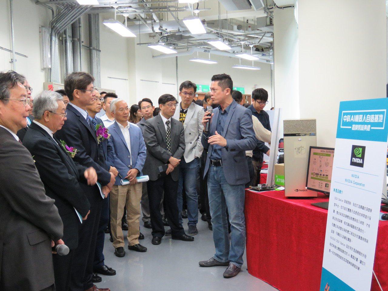 中科智慧機器人自造基地上午揭牌,與會來賓聽取Nvidia深度學習工作站人員簡報。...