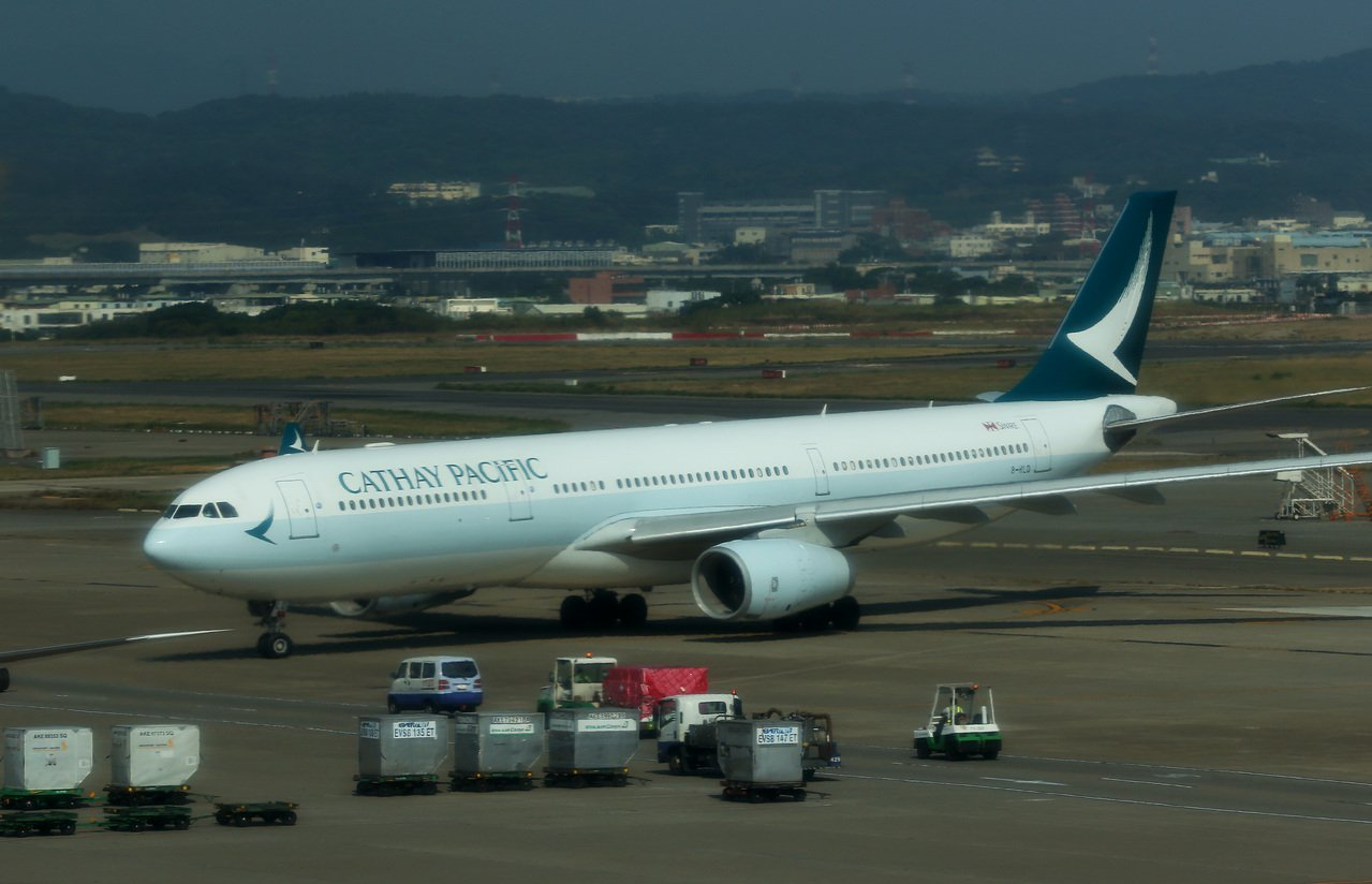 國泰航空公司班機降落桃園機場,滑行進入停機坪。記者陳嘉寧/攝影