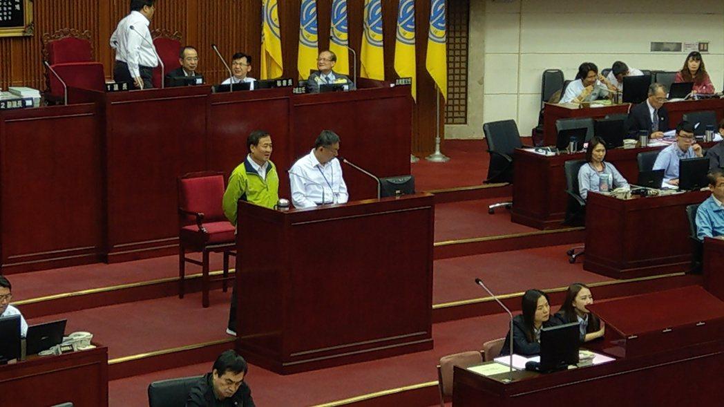 台北市副市長陳景峻積極規畫參選新北市長,下午在台北市議會答詢時,議員要求他辭職參...