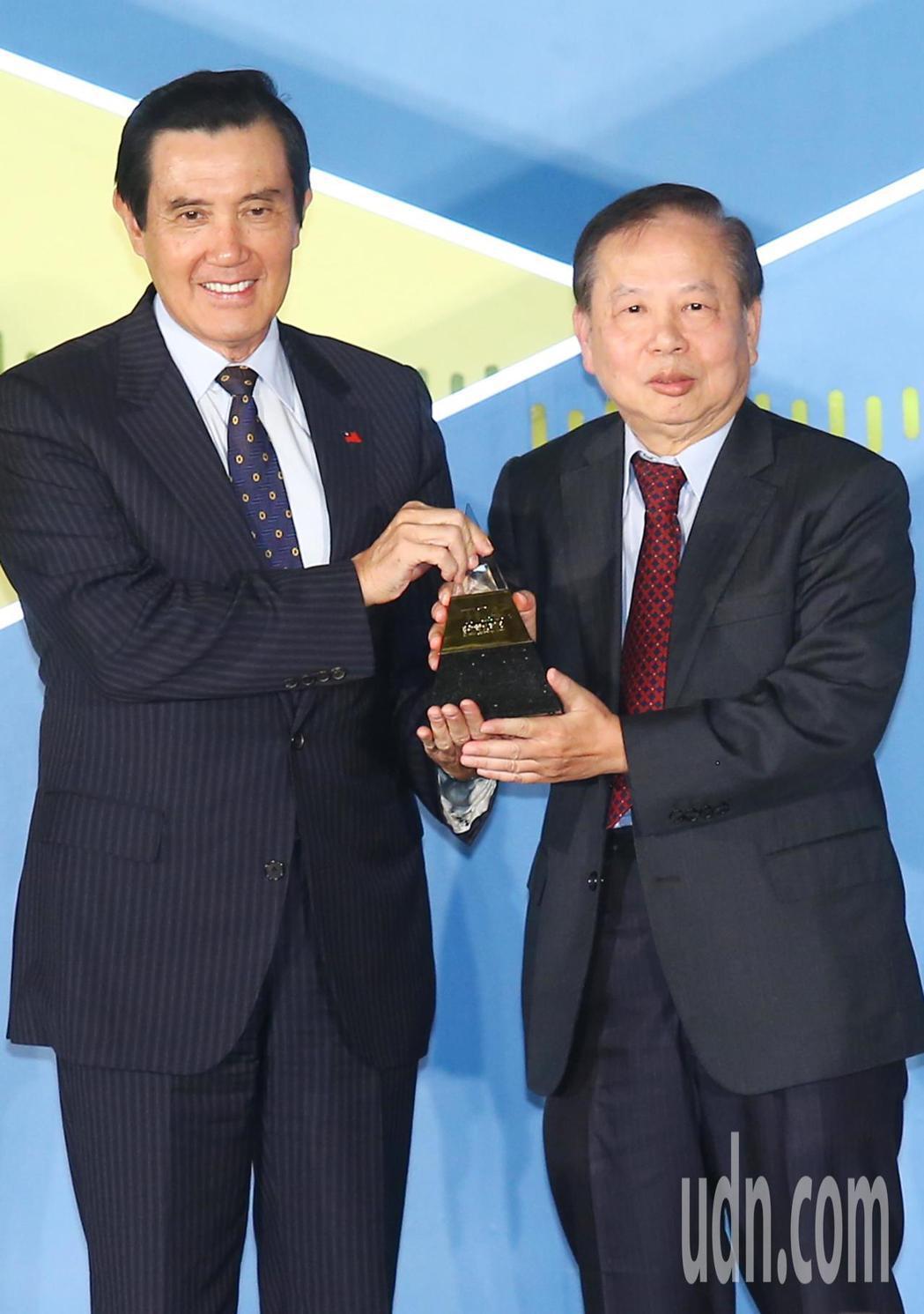 第二屆「蔡萬才台灣貢獻獎」由肝病防治學術基金會董事長許金川(右)教授獲獎,下午舉...