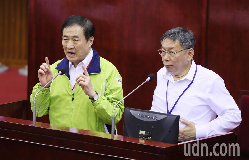 台北市副市長陳景峻(左)積極規畫參選新北市長,下午在台北市議會答詢時,被市議員要...