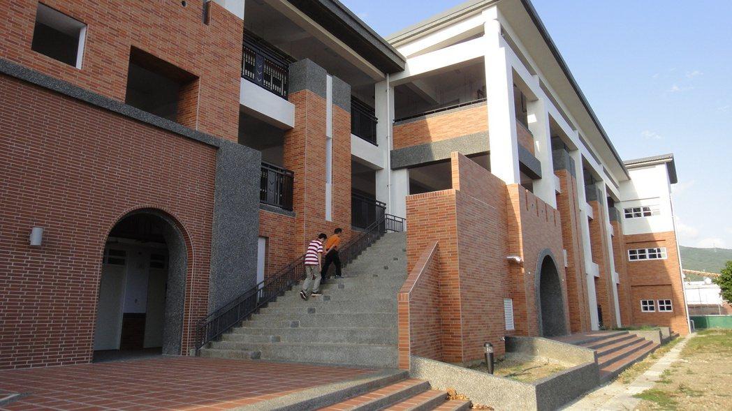 恆春國中校園內最老舊的校舍毓心樓,拆除重建後配合當地古城牆特色設計,紅磚牆面及外...