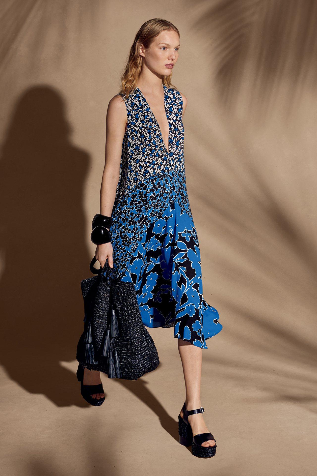 地中海藍的各式飄逸裙裝,展現飄逸的度假氛圍。圖/MICHAEL KORS提供