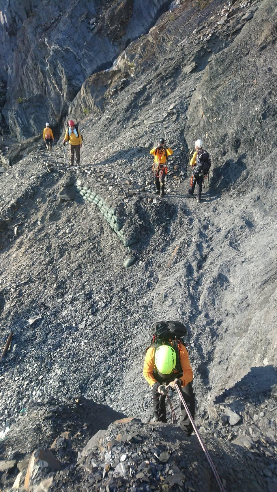 黃致遠受困仁愛山區12天,救難人員攀爬懸崖峭壁搜救。圖/南投縣消防局提供