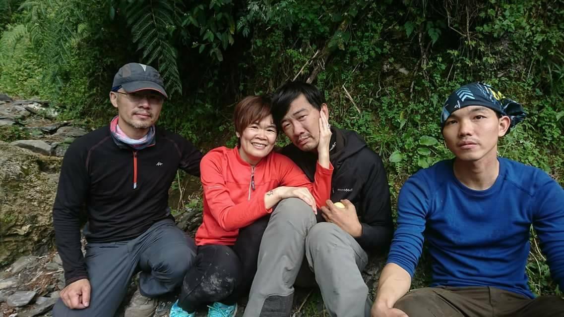黃致遠(右2)受困山區12天獲救,他的妻子今天也上山搜尋,看到黃致遠獲救,夫妻兩...
