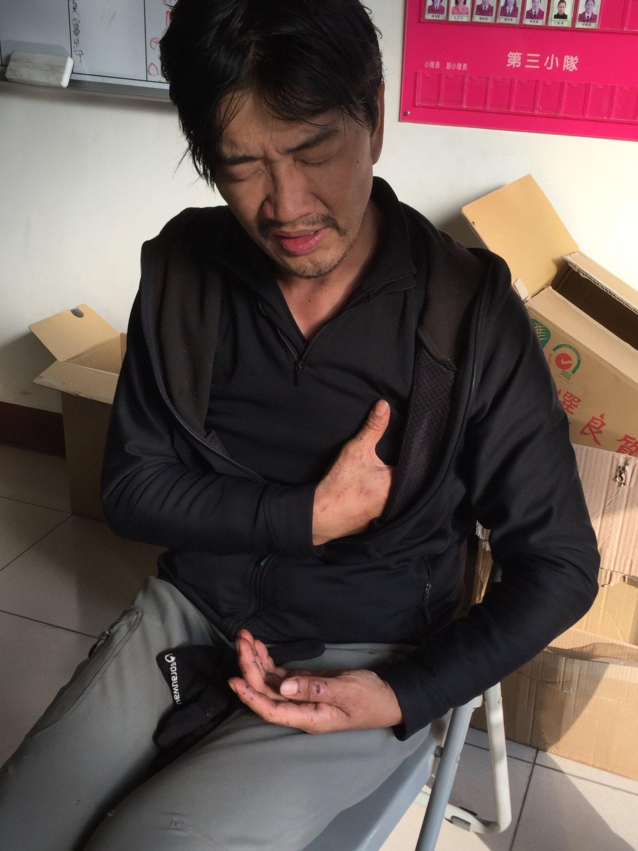 黃致遠受困山區12天獲救,他描述受困經過時,左胸傷口仍相當疼痛。記者江良誠/攝影