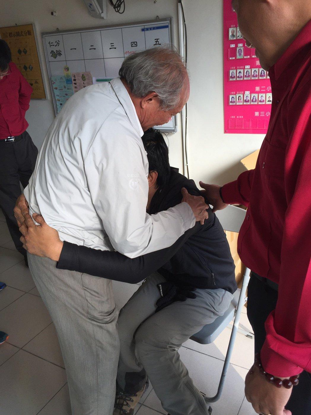 黃致遠受困山區12天獲救,他抱著台塑公司副總經理陳文仰哭泣,感謝公司和同事這12...