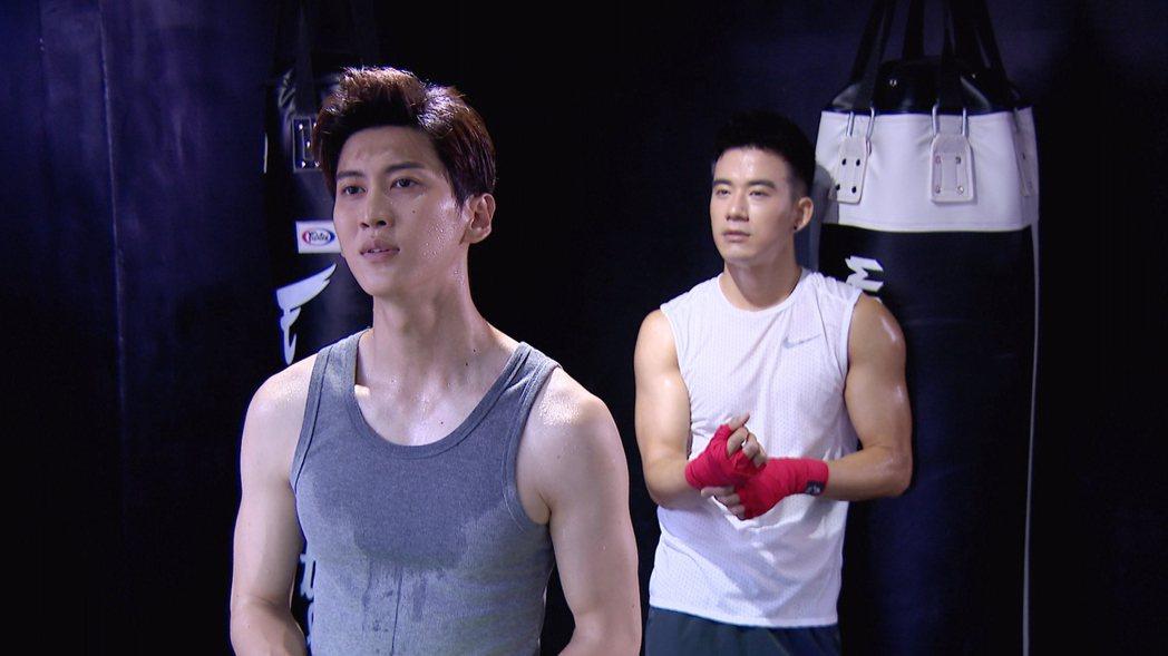 孫沁岳(左)與JR較勁身材。圖/三立提供