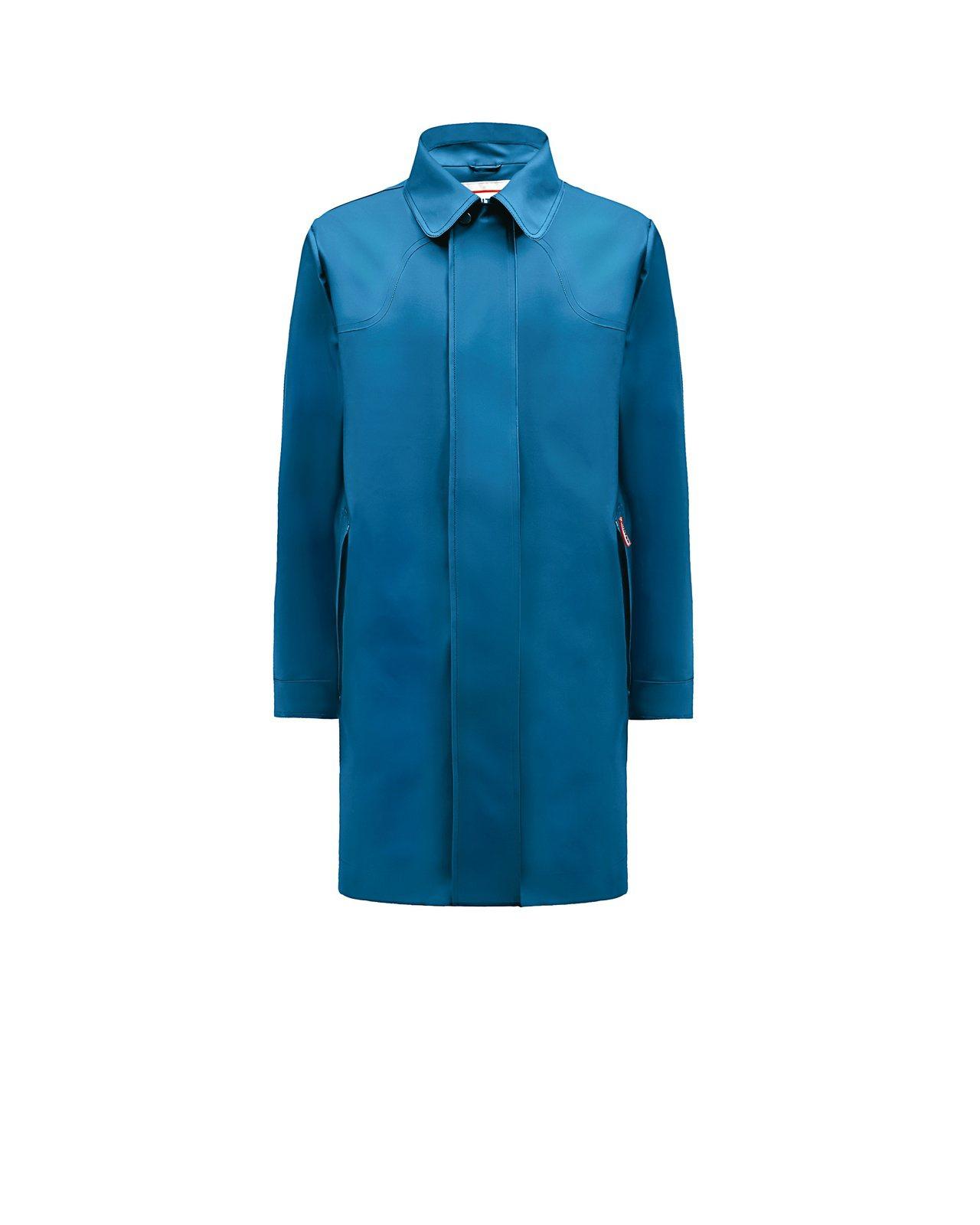 男性橡膠質感海洋藍雨衣外套,約11,800元。圖/Hunter提供