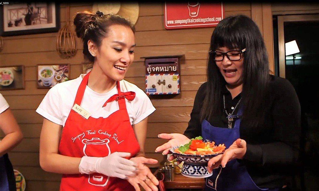 唐綺陽(右)為節目獻出泰國菜處女秀。圖/亞洲旅遊台提供