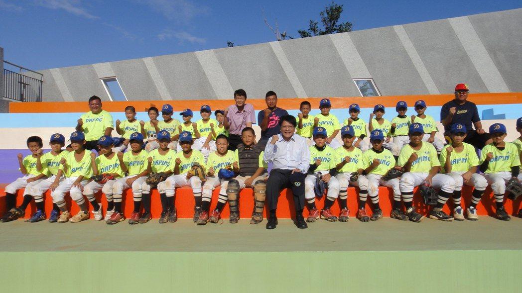 縣長潘孟安今天前往視察大平國小新建校舍並與學校師生及棒球隊合影。記者蔣繼平/攝影