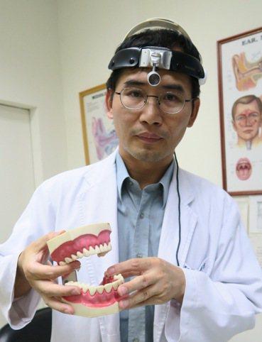 彰化醫院耳鼻喉科主任許嘉方說,半口假牙若製作有缺失,容易造成咬合不正。記者何烱榮...
