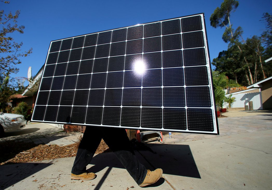 美國勞工統計局預言,美國未來十年需求成長幅度最大的工作是太陽能板安裝工人。(圖/...