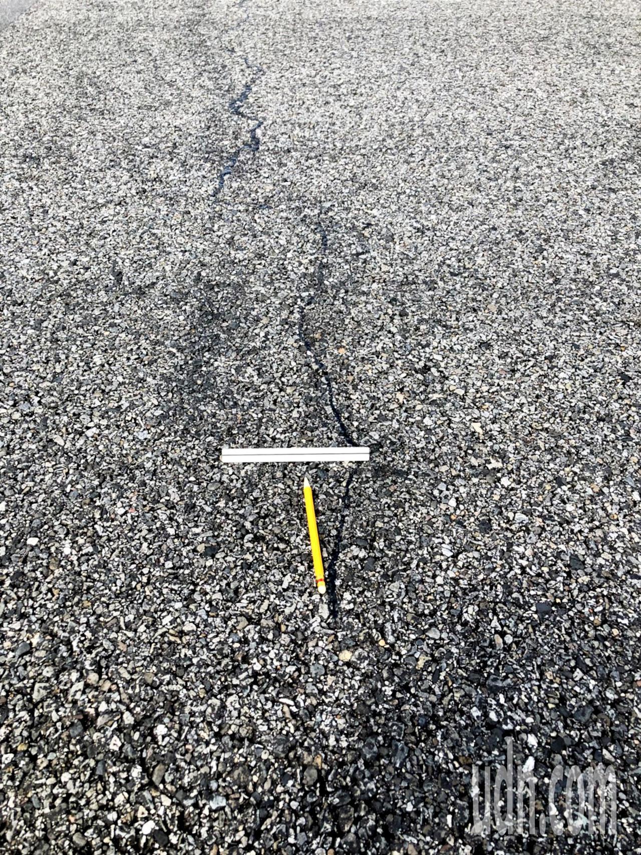 桃園機場南跑道中段出現的裂縫,桃機公司澄清長度只有9公尺,寬度約2公厘至3公厘,...